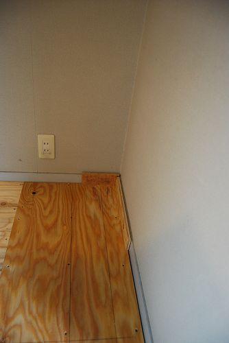 壁際にスペーサーを置いて隙間を作ります。