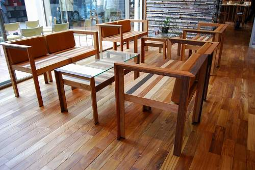 大利木材 | 無垢フローリング チーク リボス塗装。イスは突き板製造時の端材を有効利用したものです。