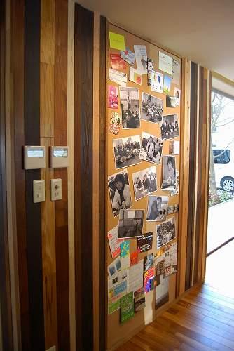 ダイハツ社員寮、掲示板。縦のストライプは大利木材からの端材の有効利用です。