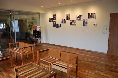 大利木材 | 無垢フローリング チーク リボス塗装。壁には改装時の施工風景の写真がきれいに飾られています。