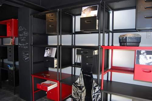 ダイハツ寮に新たに作られた車いじりのためのピット。壁には使われていなかった机を利用した工具棚が。