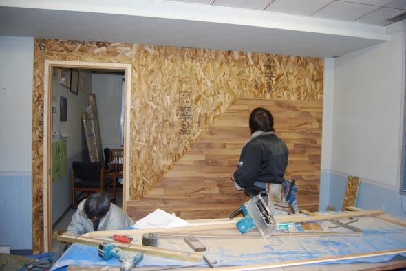 壁に施工風景 | 床暖房フローリング、リフォームフローリング、ラミネートフローリング「クロノテックス」KRONOTEX 大利木材