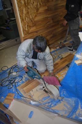 カットの様子。 | 床暖房フローリング、リフォームフローリング、ラミネートフローリング「クロノテックス」KRONOTEX 大利木材