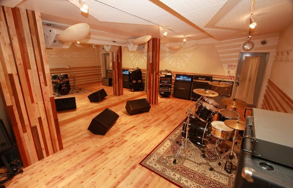 音楽スタジオトリゴロ床材と柱